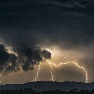 Какво да правим при гръмотевична буря?
