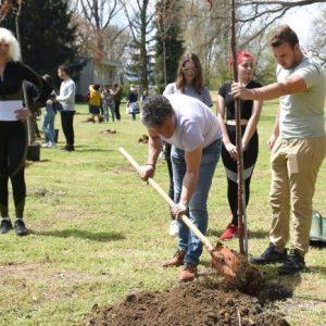 """Кметът на Пазарджик се включи в инициативата за засаждане на японски вишни в парк """"Стадиона"""""""