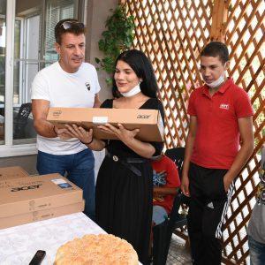 Кметът Попов раздаде лаптопи и таблети на деца и младежи от центровете за настаняване в общината