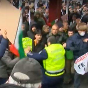 Полицаи и протестиращи пострадаха пред МРРБ, четирима са задържаните