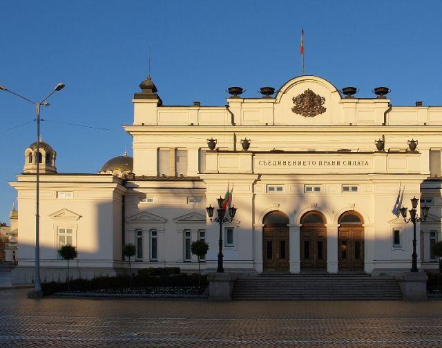 Парламентът търси 120 тона дизел за велинградската база