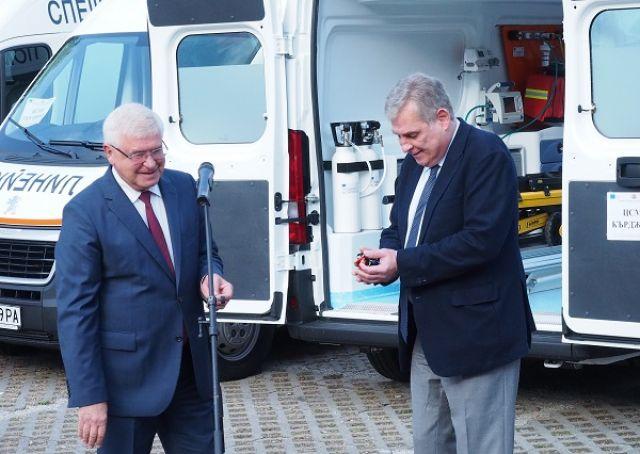Министърът даде нова линейка и в Пазарджик