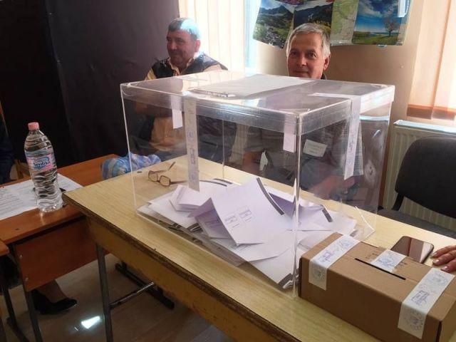 В Капитан Димитриево печелят земеделците, в Радилово убедително старият кмет