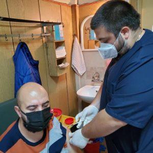 35-годишен мъж от Пазарджик, дарил най-много кръвна плазма, се ваксинира с трета доза