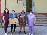 Семейство от Пазарджик дари козунаци на медиците от I вътрешно отделение на областната болница